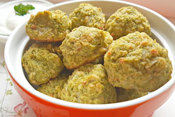 Brokolicové kuličky scizrnou a jogurtovým dipem