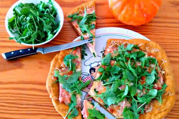 Dýňová pizza se šunkou prosciutto a rukolou